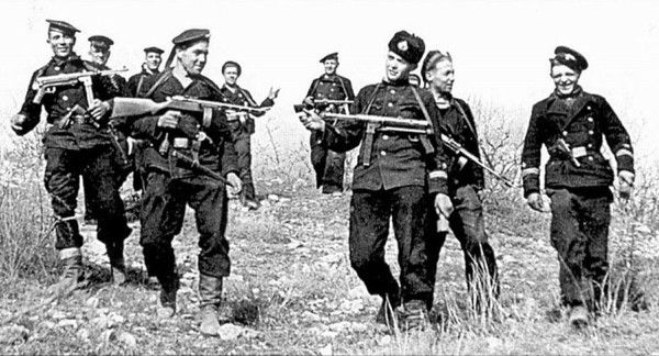 Soviet naval infantry .A group of Scouts 7 Marine Brigade naval infantry of the Black Sea fleet returned from combat. Sevastopol, April 1942 onwards.