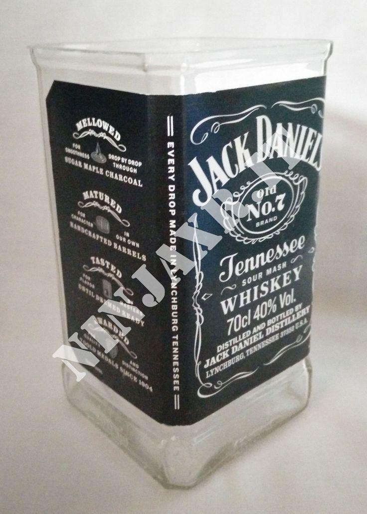 Vaso creato tagliando e levigando una bottiglia di Whiskey jack Daniel's