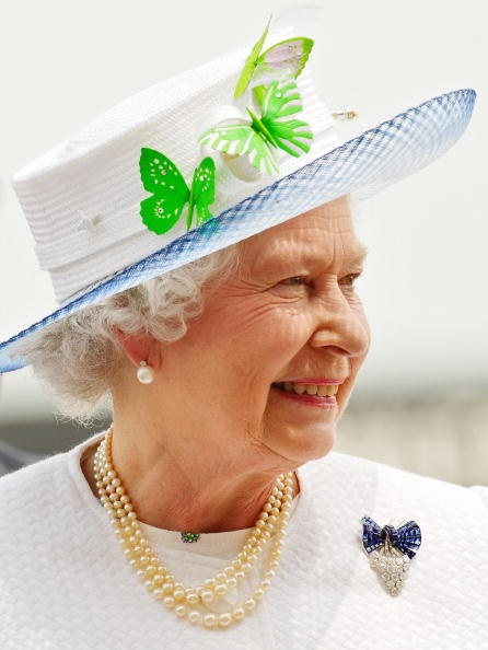 Queen Elizabeth, 2006. A closer look at the Diamond and Sapphire Brooch.