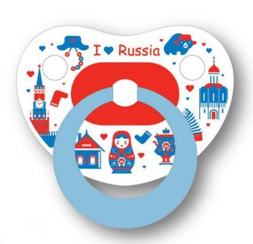 """Силиконовая пустышка """"вишня"""" Bibi """"Я люблю Россию""""           Пустышка bibi - это модный аксессуар, сочетающий швейцарское качество, функциональность и безопасность. Анатомическая форма диска повторяет форму детского рта и не препятствует правильному формированию прикуса.       Верхняя губа удобно упирается в верхнюю часть диска, не затрудняя движение нижней челюсти. Верхняя часть диска расположена достаточно далеко от носа, чтобы снизить опасность травмы при случайном падении. Выпуклости…"""