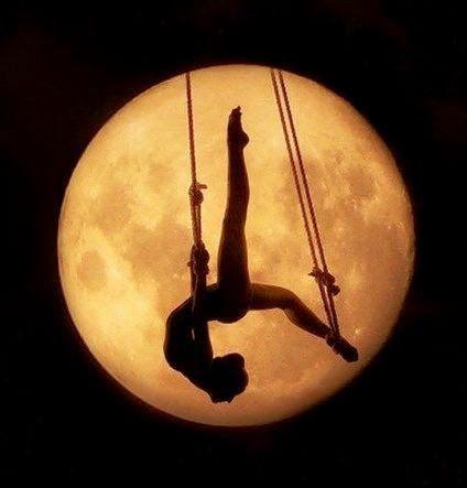 """""""Fenomenologia do Amor I"""" -----------------------------------   «A excelência do Amor está no ocultamento / Na espera da beleza envergonhada da lua / Que aguarda ansiosa a eterna florescência / Com a ajuda do vento quente / Que lentamente / Escancara a porta da verdade / De onde apareço eu / Ao alto / A sussurrar-te // A M O – T E. Helena Simões da Costa © ------------------------- Poesia de Helena Simões da Costa…"""