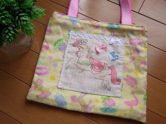 やわらかなガーゼの生地を使った小さなバッグです。黄色地にユニコーンやティーカップ、ワンちゃん、リボンなどかわいいプリントがされています。お馬さんの部分はポケッ...|ハンドメイド、手作り、手仕事品の通販・販売・購入ならCreema。