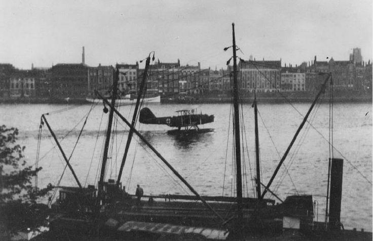 Een watervliegtuig van de Duitse luchtmacht is geland op de Nieuwe Maas en gaat op weg naar de Willemsbrug, gezien vanaf de Maaskade huis nummer 97, omstreeks 5 uur 's ochtends. Op de achtergrond de Boompjes. Het is 10 mei 1940. De Tweede Wereldoorlog is nu ook in Nederland begonnen. Precies 74 jaar geleden.