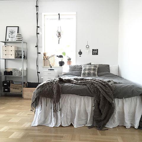Sista vab-dagen, ska bli skönt att komma till jobbet igen imorgon! Passar på att fixa lite i hemmet, och ja, jag har sängen i vardagsrummet, compact living 😃✨ #fyrapersonerientrea #inredning #compactliving #vardagsrum #sovrum #bedroom #livingroom #nordicdesign #scandinaviandesign #interior #myhome #mitthem #finahem #heminredning #granit #hmhome #ikea