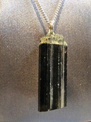 TOURMALINE NOIRE (BRUTE) Pierre de protection par excellence. La tourmaline noire a la propriété d'être l'une des pierres les plus puissante dans l'absorption des énergies négatives et de les dissoudre au niveau du sol. Préserve des jaloux et envieux, pierre très protectrice, à placer aussi sur les ordinateur !