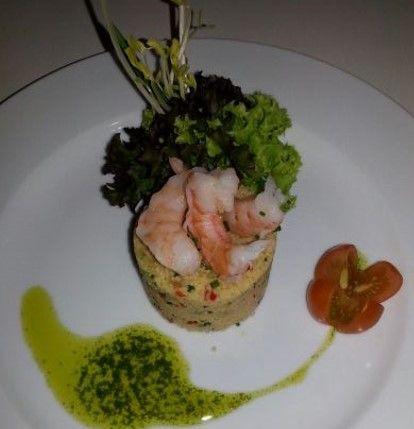 Cous cour mar y tierra: Timbal de couscous con vegetales y camarones en dressing de cilantro