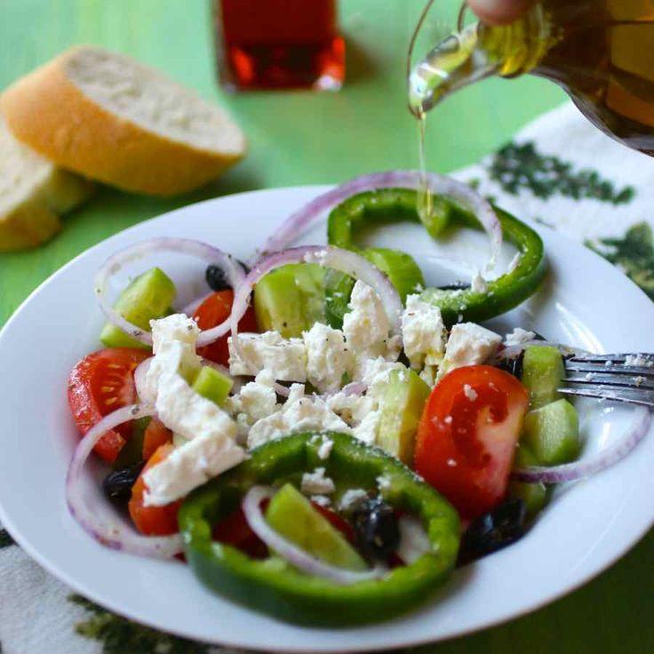 La salade grecque (Horiatiki salata) est une des salades les plus connues au monde. Découvrez l'authentique version de cette salade emblématique !