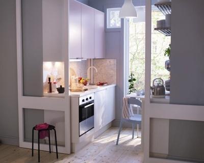 Petite cuisine avec portes coulissantes vitrées