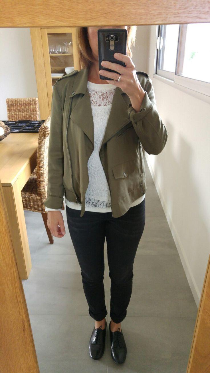 Derbies noires André, jean noir H&M, haut dentelle blanc Promod et veste kaki Promod