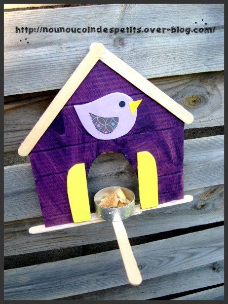 - petite cabane aux oiseaux avec mangeoir , réalisé par mon fils de 8 ans ce dimanche.... - a partir d'un morceau de carton , deux batons de glace pour le toit , deux pour le bas de la cabane et un pour le mangeoir + une barquette en allu d'une bougie...