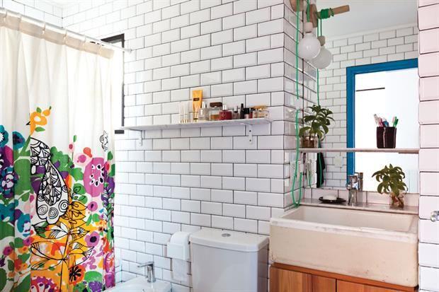 Deco: un PH a todo color  Explosión de color para esta cortina de baño de Urban Outfitters. El resto, todo blanco: cerámicas esmaltadas, estantes y una bacha de demolición..         Foto:Magalí Saberian. Producción de Yamila Bortnik