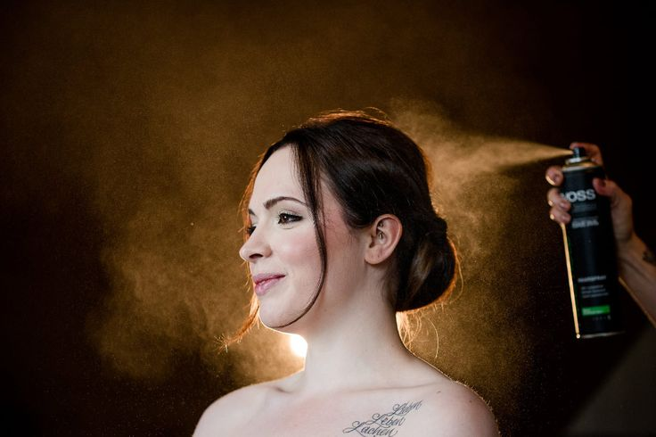 Damit die Haare bei der Hochzeit auch richtig fest sitzen. Tolles Foto beim Getting Ready nicht wahr?  Foto: Brigitte Foysi