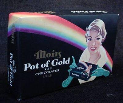 Boîte de chocolat Pot of Gold sur laquelle  il y a la photo d'une femme tenant dans ses mains la même boîte de chocolat avec la même photo.J'étais facinée par la photo j'essayais de voir jusq'où je pouvais voir la l'image de la boîte de chocolat, ensuite je continuais en imaginations et la notion d'infinité me coupait parfois le souffle et me donnait le vertige. Je faisais la même chose avec la petite chaudière de bonbons Lowneys Je viens de découvrir que cet effet s'appelle l'effet Droste.