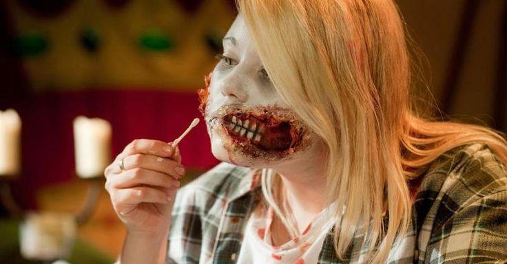 An Halloween klaffende Wunden mit Toilettenpapier schminken