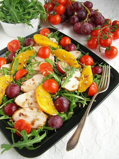 Sałatka z wędzoną piersią kurczaka, owocami i prażonymi ziarnami słonecznika