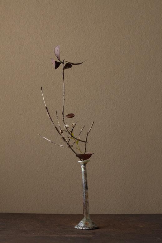 2012年2月29日(水)    冬の終りに、孤独な冬景色を描きました。  花=錦木(ニシキギ)、野菊(ノギク)、雑木  器=ローマングラス瓶(ローマ時代)