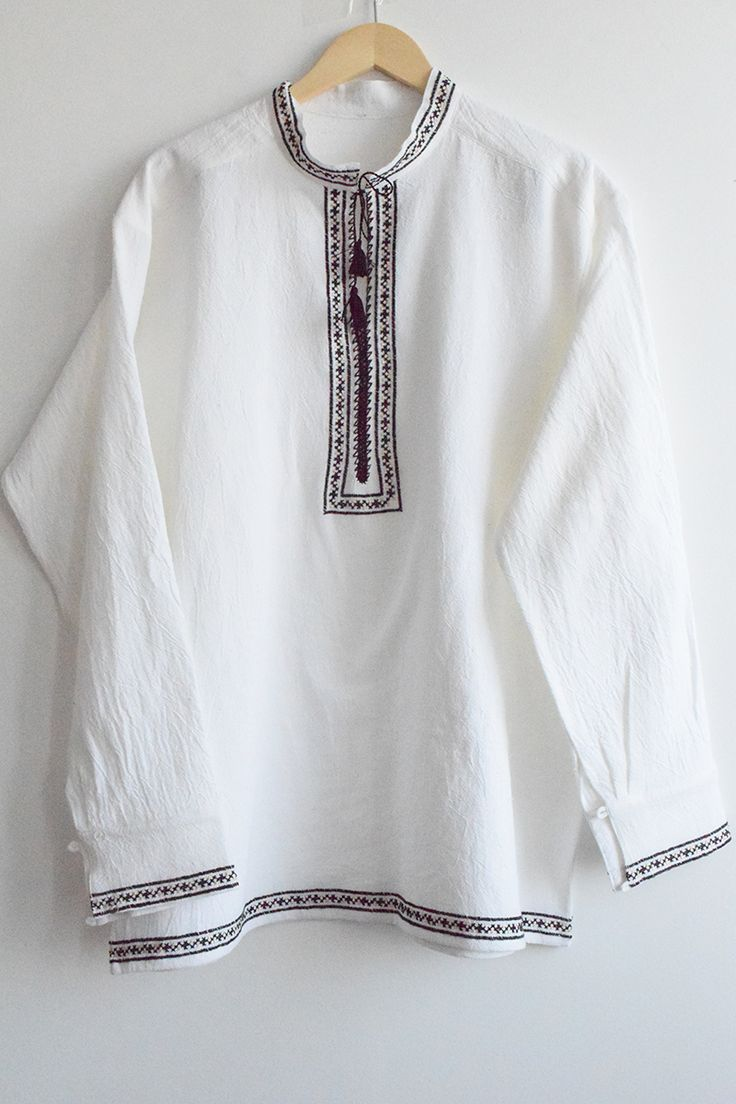Lângă o ie românească, cel mai bine se potrivește o cămașă tradițională lucrată manual: http://chicroumaine.com/