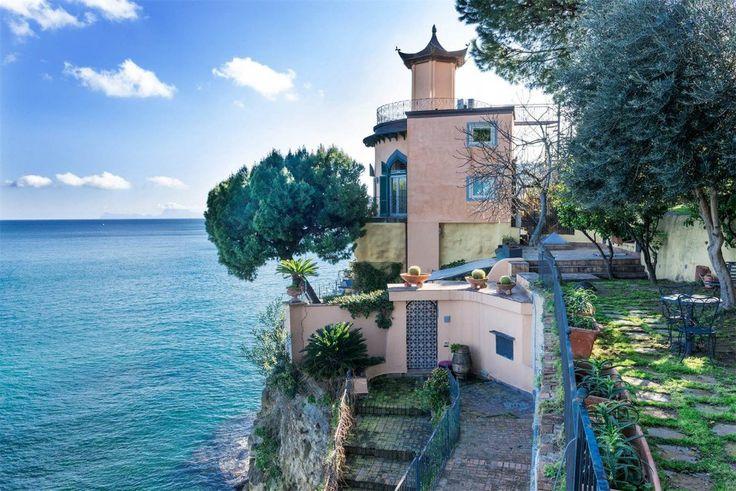"""Napoli, in vendita per cinque milioni """"La Pagoda"""" di Posillipo"""