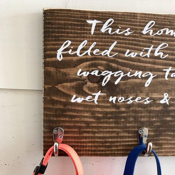 Holz-Hund Leine Halter | Tier-Liebhaber-Geschenk | Startseite-Dekor | PET Room decor | Kalligraphie Dieses Haus ist voller Küsse, wedeln, Schwänze, nasse Nase & Liebe. PRODUKT-BESCHREIBUNG: Holz Hund Leine Halter und Zeichen. Diese handgefertigten rustikalen Zeichen ist das perfekte Geschenk für jeden Hundeliebhaber (oder für sich selbst behalten)! Haken an der Rückseite zum Aufhängen. Jede Bestellung ist benutzerdefinierte gemacht, so dass Abwechslung erwartet werden sollte. Größe un...