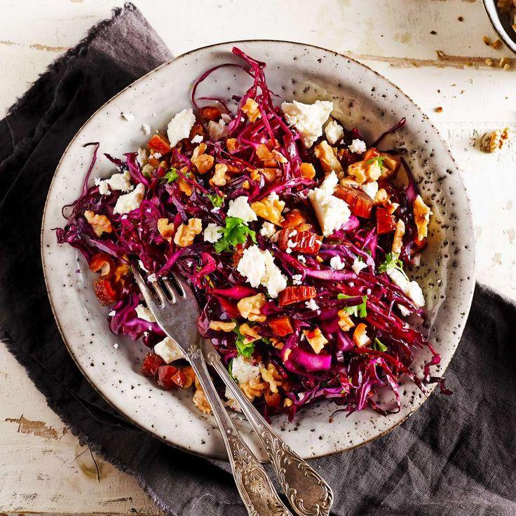 Rotkohlsalat mit Feta und Datteln