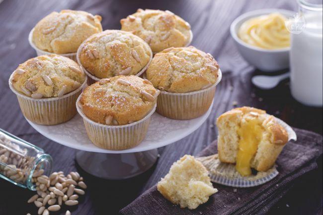I muffin della nonna sono dolci ripieni di una golosa crema pasticcera. Ideali come dessert o merenda, vengono tagliati e farciti con crema e pinoli.