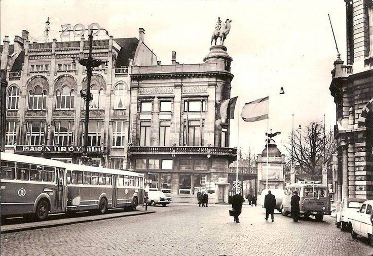 """Het Koningin Astriplein met de ingang van de dierentuin, links de """"polderbussen"""" van de buurtspoorwegen, jaren 1950."""