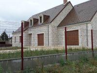 Clôture rigide panneaux soudés rouge basque sur dalle de soubassement à Billy. #cloture #panneausoudé
