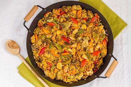 La PAELLA VEGETARIANA è un piatto spagnolo a base di riso e verdure, arricchito dal sapore delle spezie. I suoi colori decisi e naturali, lo rendono adatto ad essere gustato in compagnia. Qui la #ricetta: http://ricette.giallozafferano.it/Paella-vegetariana.html #GialloZafferano #vegetariani