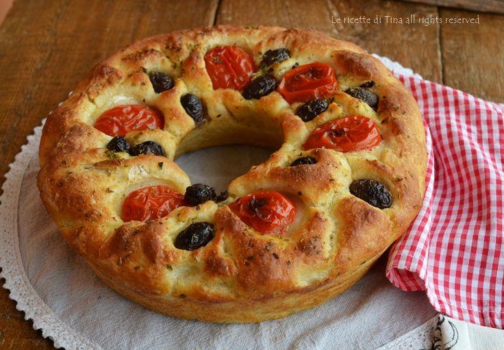 Focaccia a ciambella di patate con pomodorini e olive nere,ed ecco a voi l'idea che cercavate per cena,fantastica no?Troppo soffice e saporita