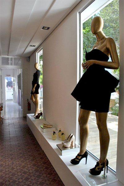 Projeto desenvolvido pelo escritório 501 arquitetura para a loja Villa Sante franquiado da Lança Perfume na cidade de Santa Maria -rs em 2011. Loja de roupas, projeto de comercial e interiores, casa antiga, gesso saia camisa, manequim