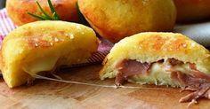 Μπόμπες πατάτας γεμισμένες με τυρί και ζαμπόν Συστατικά: 200 γραμμάρια πατάτες ήδη βρασμένες και αλεσμένες 100 γραμμάρια αλεύρι 00 2 κουταλάκια του γλυκού μαγιά αλάτι 2 κουταλιές της σούπας παρμεζάνα Για τη γέμιση (μπορείτε να χρησιμοποιήσετε ό, τι θέλετε): 3 φέτες ζαμπόν Τυρί προβολόνε Λάδι για μαγείρεμα Διαδικασία: Βράζουμε τις πατάτες και όταν μαγειρευτούν τις