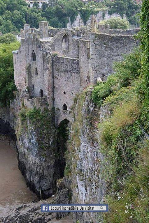 Chepstow Castle, lângă râul Wye, care separă Anglia și Țara Galilor  Like & Share daca va place.