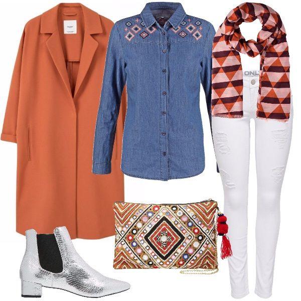 Outfit per tutti i giorni, composto dal cappotto arancio, la camicia in jeans con ricami di rombi colorati nella parte superiore, i jeans bianchi leggermente strappati, gli stivaletti argentati con il tacco dall'altezza non vincolante, per fare le commissioni con tutta la comodità che serve. Completano i due accessori colorati che riprendono la fantasia di rombi, tema del look, che sono la pochette e la sciarpa.
