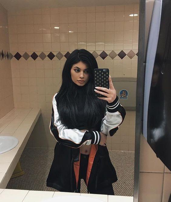 Napi Kylie Nyilvános vécé szelfi Kylie Jenner módra - mert a több millió dolláros fürdőszobákban készült szelfi annyira béna.