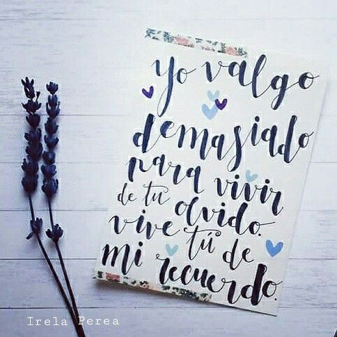"""""""Yo valgo demasiado para vivir de tu olvido. Vive tú de mi recuerdo"""". Irela Perea.  #Lettering de @californisima (#lareinadepapel). #irelaperea #poesía #frases #citas #quotes #amor #autoestima #caligrafía #tarjetas #mensaje"""