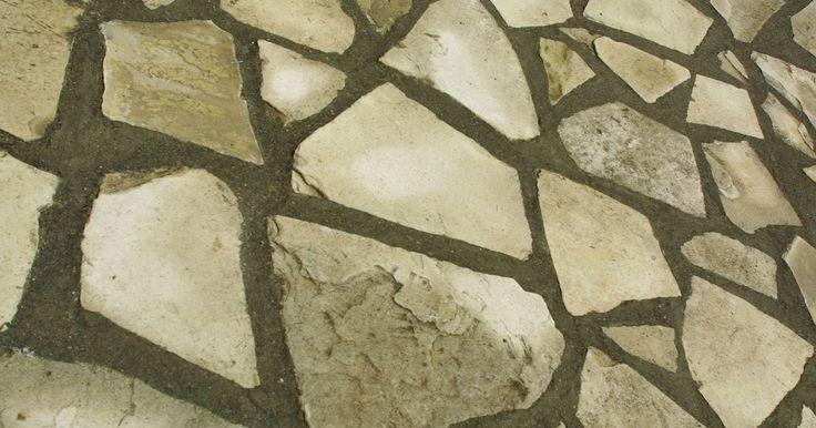 Como colocar pedras em terrenos inclinados. As pedras de paisagismo podem ser usadas para resolver uma série de problemas em um terreno inclinado. Você pode construir muros de retenção em camadas, colocar uma passarela para aliviar a severidade da inclinação, ou criar bordas para evitar erosão em torno de canteiros de flores. Colocar pedras firmemente numa encosta não exige uma grande ...