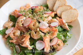 Salade met gebakken zalm en knoflookgarnalen