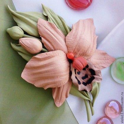 Купить или заказать 'Орхидея' Брошь цветок натуральная кожа в интернет-магазине на Ярмарке Мастеров. СДЕЛАЮ НА ЗАКАЗ. Цветок с бутончиками нежного кораллового цвета из тонкой кожи, легкий и беспечный, в ожидании летних радостей) Использованы четыре вида кожи и бусина лэмпворк. Возможно другое цветовое решение. Перед заказом прочтите, пожалуйста, правила магазина: www.livemaster.