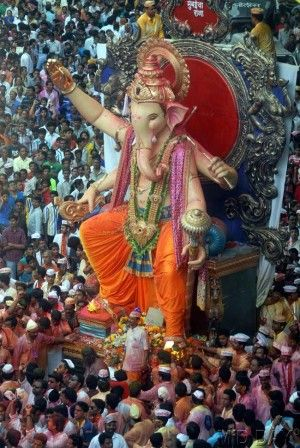 Mumbaicha Raja Ganpati idol surrounded by a huge crowd of devotees. Pic/Pradeep Dhivar #indipin