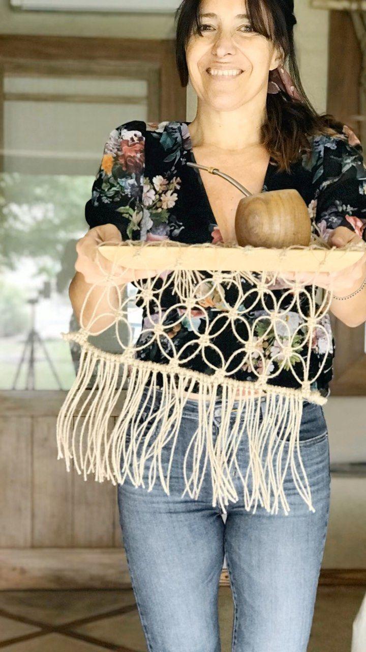 """Vero Alessandrini on Instagram: """"Te traigo un mate para que nos pongamos manos a la obra con este individual en yute. Preparados?  ATENCION! ( así no respondo las mismas…"""" Paracord, Dream Catcher, Macrame, Diy And Crafts, Weaving, Knitting, Crocheting, Jewelery, Instagram"""