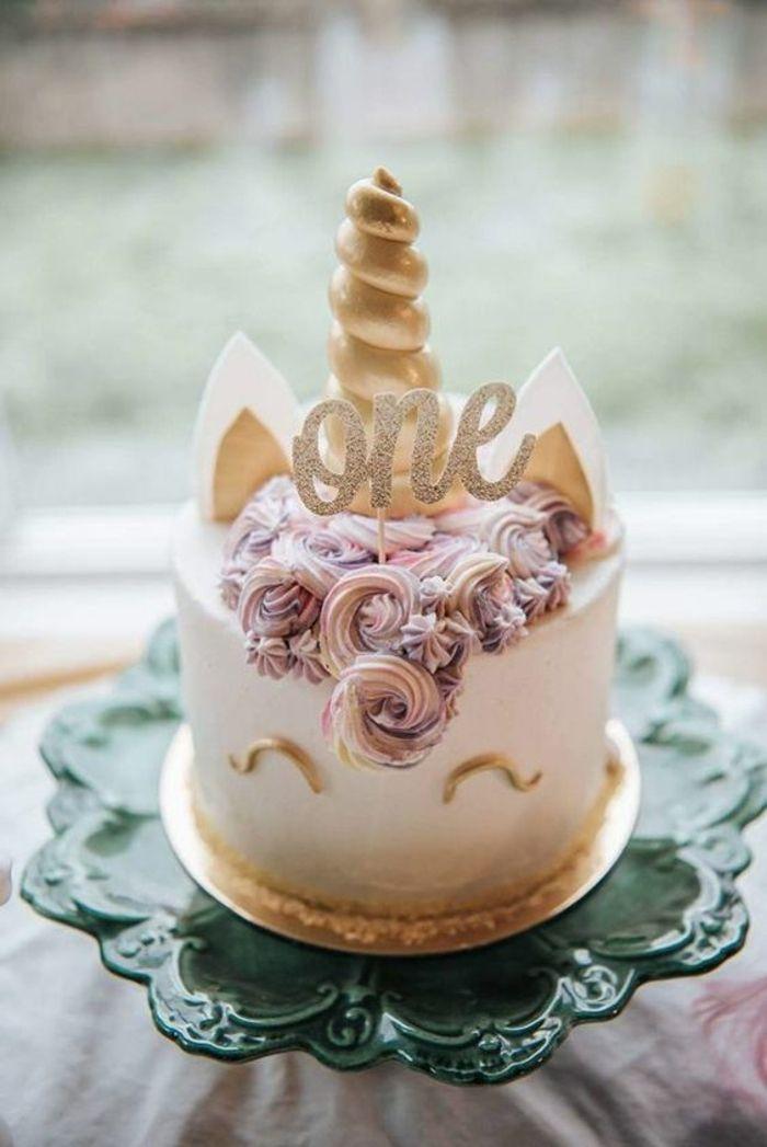 ein kleiner einhorn kuchen mit einem goldenen horn