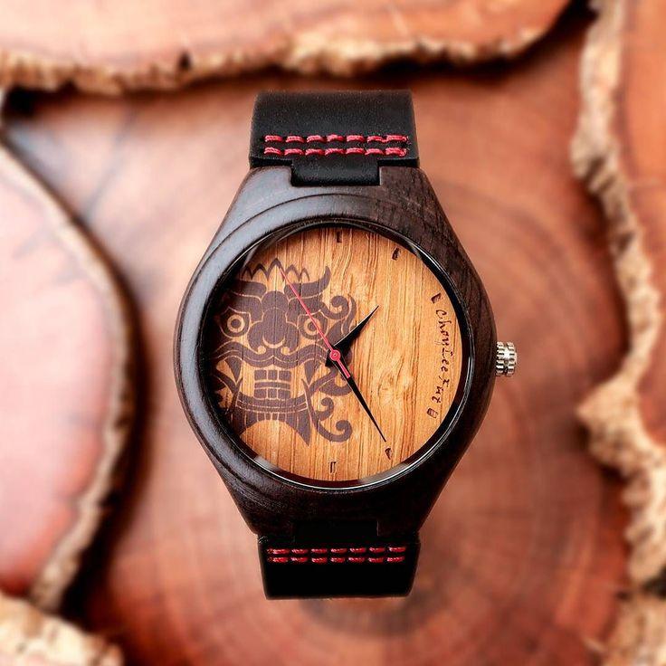 """Diseñamos este reloj por encargo de la escuela de Kung Fu Choy Lee Fut para celebrar sus 200 años de existencia! En su interior lleva la imagen de la tradicional danza del león china y los colores son los del uniforme de práctica . Lo bautizamos """"Choy Lee Watch"""" . Es una edición limitada sólo a 30 unidades y lo puedes encargar directo por mensaje privado con envío gratis a todo #chile o encontrar en la tienda @antesquenada por $34.900. #castorwatches #choyleefut #choyleewatch #choyleefutvina…"""