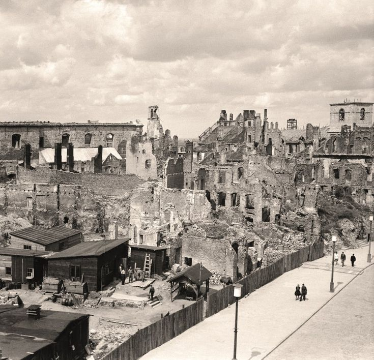 Jeszcze długo po wojnie uporządkowane już ulice prowadziły wzdłuż szpalerów sypiących się ruin i kikutów ścian, które trzeba było rozebrać. ...