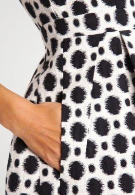 Jurken Swing Korte jurk - cremeweiß/schwarz Zwart: 119,95 € Bij Zalando (op 13/03/17). Gratis verzending & retournering, geen minimum bestelwaarde en 100 dagen retourrecht!