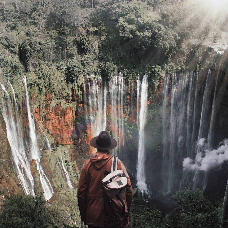 """#indonesiajuara on Instagram: """"______________________________________ #indonesiajuara mempersembahkan Provinsi JAWA TIMUR ______________________________________ FOTO JUARA HARI INI @andybachtiar_ Air Terjun Tumpak Sewu, ada juga yang menyebut Coban Sewu atau Grojogan Sewu secara administratif terletak di aliran sungai Glidih yang menjadi perbatasan kecamatan Ampel Gading Malang dan Kecamatan Pronojiwo Lumajang. Air Terjun Coban Sewu ini hampir mirip dengan Air Terjun Coban Pitu di Pujon…"""