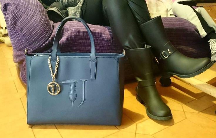 Borsa a mano Trussardi Jeans. La It Bag delle Itbag. ▶ Per Info e Acquisti WhatsApp 3381942305, Facebook Pvt,  carpelpelletterie@gmail.com ◀   Link: http://www.carpelshop.com/trussardi/trussardi-borsa-a-mano-blu_518.html