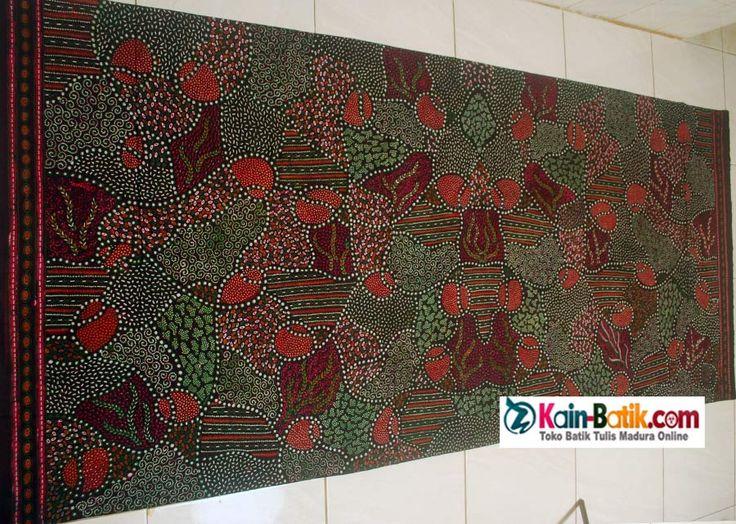 Batik Madura tradisional klasik motif elegant. Kain batik tulis madura dengan warna alam yang indah dan terkesan mewah.  Motif batik tradisional yang cantik dibuat dalam motif menawan dan warna alami. Terbuat dari bahan kain katun primis halus dengan corak batik khas pamekasan madura. source: http://kain-batik.com
