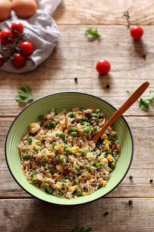 Orez prajit cu ou si macrou, reteta cu orez basmati, macrou in sos tomat si ou scrob. Mod de preparare si ingrediente reteta de orez prajit.