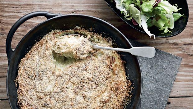 Ugens torsdagsopskrift er hvidkålsgratin med bacon og sprød salat. Få opskriften…