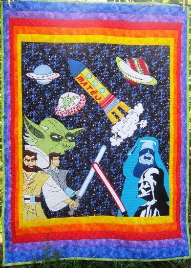 """Tak tento panel mě dost potrápil, ale nakonec se mi z panelů pro Deky z lásky líbí nejvíc. Pro Matěje na téma Hvězdné války, doplněné o kosmická plavidla. Našití úžasného duhového okraje, proquiltování a finální kompletaci provedla Alenka """"Vave"""" z Prahy. Star Wars, baby blanket, patchwork, quilt."""